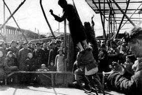 1946年3月北平天桥民间艺人的传统杂耍表演