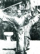 道士胡德泉在表演剑术