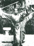 老道胡德泉在表演剑术