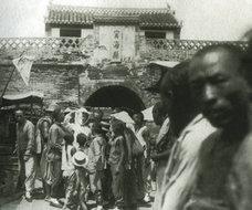传教士在浙江宁海县城门口传教