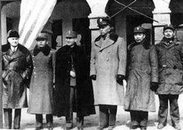 张治中、周恩来、马歇尔在晋察冀军区司令部门前