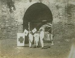 城门洞前红十字成员