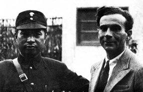 1938年叶挺司令员与斯诺在汉口合影