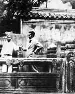 埃德加·斯诺在泰山与孔子后裔合影