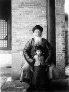 奥莱尔·斯坦因的中国朋友潘震和其侄女
