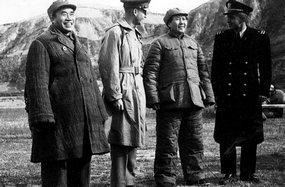 毛泽东、朱德和来访的美国官员